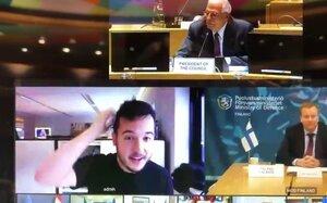 Video irruzione in una conferenza segreta del Consiglio